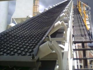 Las bandas transportadoras planas se usan dentro de las empresas y son muy versátiles.